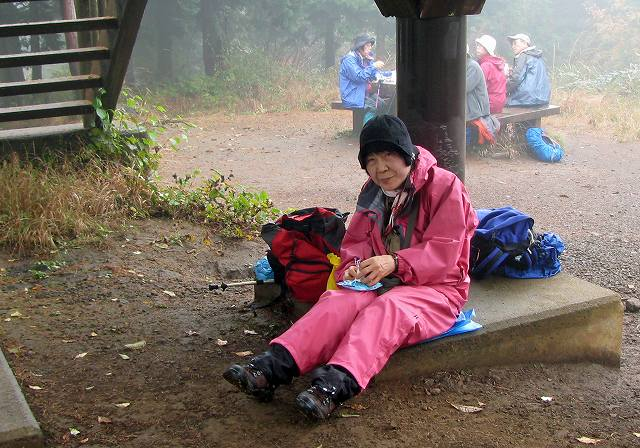 a-12.足和田山頂で昼食5