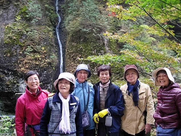 24.「みすずの滝」を背に、美魔女軍団