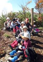 019_18.尼ケ禿山山頂で昼食1