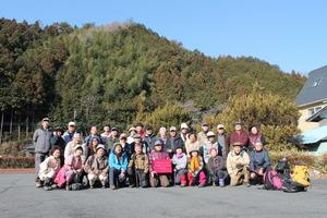 46登る前の記念撮影、皆谷バス停にて