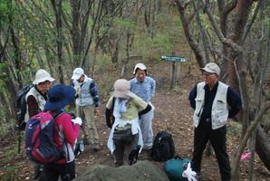 06.十二ケ岳登り 中の岳分岐で一休み