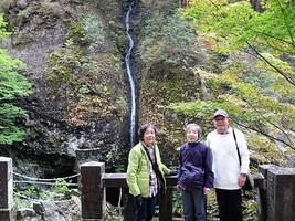 31.「みすずの滝」を背に〜1
