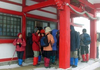 05praying_at_motomiya_shrine.jpg